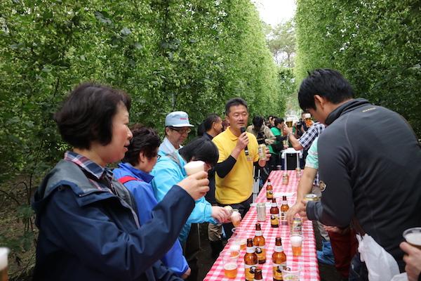 2017年9月に開催された「遠野BEER Tourism with SVB」の様子。ホップ圃場で乾杯